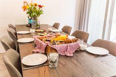 De dag goed beginnen? Bestel een ontbijtbox bij de receptie van Dormio Resort Maastricht. Je kunt kiezen uit een standaard ontbijtbox met croissants, verse broodjes, hartig en zoet beleg, hardgekookte eieren, verse jus d'orange, en koffie of thee. Of een ontbijtbox Deluxe! Je kunt nog wat langer in bed blijven liggen want deze box wordt door onze bakkerij aan de vakantiewoning bezorgd! Resorts, Table Settings, Vacation Resorts, Place Settings, Beach Resorts, Vacation Places, Tablescapes