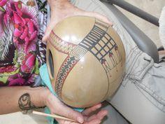 Olla estilo Mata Ortiz de la ceramista cancunense Teresa Cervantes.  Taller de cerámica Paquimé del Maestro Eusebio Ortega en Cancún, Quintana Roo, México.