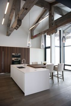 Arredare una cucina bianca - Moderna cucina con travi a vista - White kitchen beamed ceilings Home Decor Kitchen, Kitchen Interior, Home Kitchens, Kitchen Ideas, Kitchen Dining, Minimalist Home Decor, Minimalist Interior, Interior Modern, Scandinavian Interior