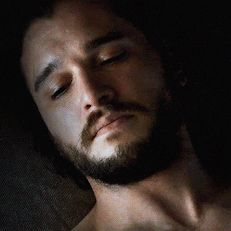 This Fan Theory About Daenerys Getting Pregnant Is Pretty Convincing - Pyjamas Jon Snow Theories, Fan Theories, Jon Schnee, Breastmilk Storage Bags, John Snow, Kit Harrington, Skin To Skin, Fantasy Male, Camera World