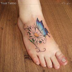 Tatuagem no pé, realismo com arabescos, margarida e borboleta