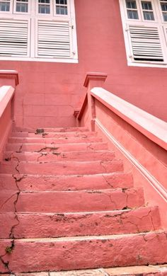 pink steps to a pink building Perfect Pink, Pretty In Pink, Staircase Banister Ideas, Mademoiselle Bio, Coral Colored Dresses, Pink Castle, English Country Cottages, Live Coral, Pink Room