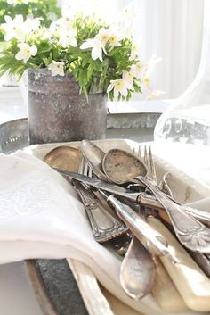 Farmhouse Decorating ~ Beautiful Table Vignette ~ Vintage Silverware ~ Zinc Pot for Fresh Flowers Fresh Farmhouse, Farmhouse Decor, Farmhouse Style, White Cottage, Cottage Style, Farm Cottage, Low Cost Dental Care, Vibeke Design, Vintage Cutlery