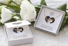 Kolekcja Ślubna firmy KARO BIJOU LINE stworzona została z myślą o bardzo istotnych szczegółach przedstawiających całość jako wyjątkowy prezent na wyjątkową okazję. Oferta biżuterii wzbogacona została o eleganckie fakturowane okładki z wykrojonym okienkiem. Całość sprawia iż prez... Boho Wedding, Wedding Gifts, Wedding Cakes, Dream Wedding, Wedding Day, Marriage Decoration, Parent Gifts, Wedding Moments, Flowers In Hair