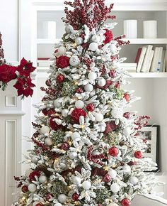 Here are the Red And White Christmas Tree Decoration Ideas. This article about Red And White Christmas Tree Decoration Ideas … White Christmas Tree Decorations, Traditional Christmas Tree, Beautiful Christmas Trees, Christmas Tree Toppers, Flocked Christmas Trees Decorated, How To Decorate Christmas Tree, Frosted Christmas Tree, Christmas Tree Top Ideas, Christmas Tree Themes Colors Red