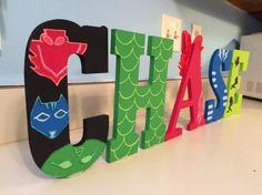 Letras de madera personalizados pintados a mano! Perfecto para las decoraciones de la fiesta de cumpleaños o como un toque personal único para la pared de su dormitorio. Son de PJ máscara temáticas, personalizados diseños disponibles por petición :) ¡Gracias por visitar mi tienda