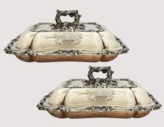 """Par de belíssimos """"Entrée-dishes"""" retangulares de prata inglesa. Med. 31 x 24 cm."""