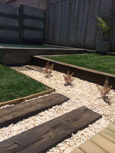 Camino con durmientes y piedra durmientes durmientes de for Barda de madera para jardin