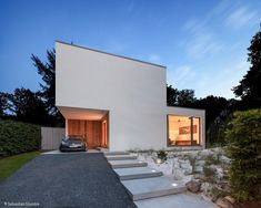 Dieses Wohnhaus für eine Familie mit zwei Kindern erzählt die ganz typische Geschichte vom Traum, ein eigenes Haus zu bauen – mit all seinen Unwägbarkeiten und einem glücklichen Ende! Denn den Bauherren gelang es, zusammen mit einem...