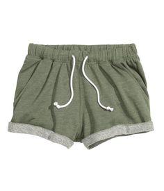 Verde caqui jaspeado. Pantalón corto de chándal en tejido jaspeado. Cintura elástica con cordón de ajuste y bajos vueltos cosidos.
