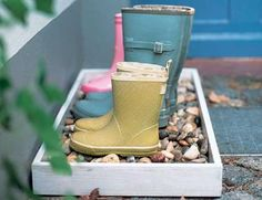 Erica Brand posted diy pebble boot tray to her -For the home- postboard via the Juxtapost bookmarklet. Outdoor Projects, Home Projects, Home Crafts, Sweet Home, Shoe Tray, Shoe Box, Diy Inspiration, Ideas Geniales, The Ranch