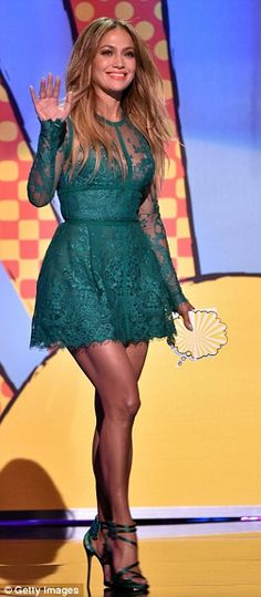 Jennifer Lopez in Elie Saab green lace dress at the Teen Choice Awards held at the Shrine Auditorium in Los Angeles on Sunday (August Jennifer presented the award for Choice Movie Drama to Fashion Tv, Love Fashion, Fashion Design, Teen Choice Awards 2014, Green Lace Dresses, Nice Dresses, Jennifer Lopez Fotos, Elie Saab Printemps, The Dress