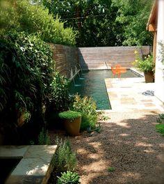 Um jardim para cuidar: Piscinas para espaços pequenos encostar a piscina a um dos cantos do jardim maximiza o espaço