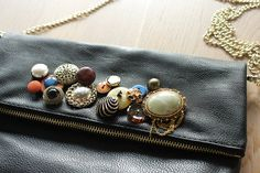 Embellished buttons clutch/ with upcycled buttons and broken broaches.   Style Reload by Virginie Peny.    view the tutorial on the blog!