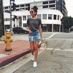 Blusa cinza, saia jeans, tênis branco