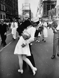 One of the most iconic photos in history taken on Victory over Japan Day, the Alfred Eisenstaedt Kissing on VJ Day in Times Square Wall Art is perfect for adding a touch of history to your wall. The picture shows a sailor kissing a nurse in Times Square. New York Poster, Times Square, Top Photos, Iconic Photos, Famous Photos, Legendary Pictures, Amazing Photos, 1940s Photos, Famous Portraits