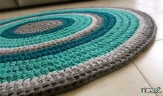 שטיח בהזמנה אישית. סרוג בעבודת יד מחוטי טריקו בגוונים טורקיזים ואפורים. קוטר 1.2 מ'
