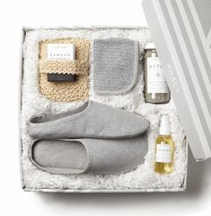 luxury gifts This luxury spa gift set inclu - Diy Gift Baskets, Christmas Gift Baskets, Best Christmas Gifts, Christmas Diy, Raffle Baskets, Basket Gift, Purple Christmas, Gift Hampers, Homemade Christmas