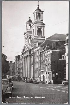 Prentbriefkaart van het Waterlooplein in Amsterdam met de Mozes en Aäronkerk, ca. 1960. De huizen rechts naast de kerk zijn verdwenen.