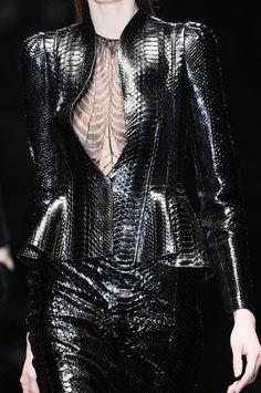 Gucci at Milan Fashion Week Fall 2013 - Details Runway Photos Dark Fashion, Leather Fashion, High Fashion, Runway Fashion, Fashion Models, Womens Fashion, Mode Sombre, Style Noir, Milan Fashion Weeks