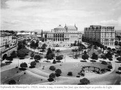 1923 - Esplanada do Municipal, tendo a esquerda o Teatro São José que, posteriormente, daria lugar ao edifício Alexandre Mackenzie, o prédio da Light. À direita na foto o Hotel Esplanada. Acervo do Instituto Moreira Salles. Foto de autoria desconhecida.