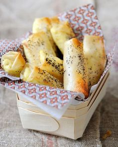 Cheese Cigars Recipe: Turn on the oven at 180 ° C (th. Coarsely chop the nuts. Put the cream cheese in a large bowl and smooth it out … Tapas, Cooking Time, Cooking Recipes, Bread Recipes, Fingers Food, Food Porn, Best Appetizers, Food Inspiration, Bathroom Inspiration
