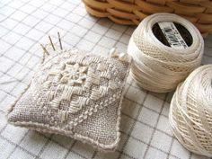 ピンクッション Hardanger Embroidery, Cut Work, Needle Lace, Bargello, Pin Cushions, Projects To Try, Cross Stitch, Sewing, Strawberries