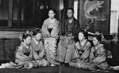 大村藩主・大村純煕と妻子。 Japanese History, Japanese Beauty, Geisha, Old Pictures, Old Photos, Edo Period, Other Countries, Mythology, Samurai