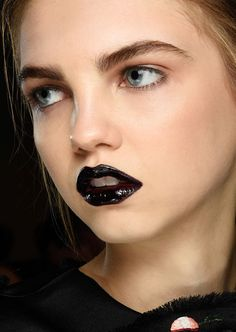 Runway Beauty: Black Lips at Giles A/W 2015 - Makeup For Life