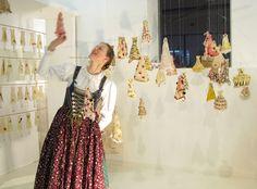 Beatrice Oettinger, Impression von der installation auf dem textilmarkt Augsburg - (mit der Trachtenschneiderin Margit Hummel)