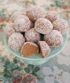 Supergoda havrebollar rullade i kokos. Mixa havregrynen i en matbereade eller vispa smeten extra länge med vispen, då blir smeten kladdig och havrebollarna blir mjuka och krämiga. Ca 12 stora eller 15 mellanstora havrebollar 250 g smör 10 dl havregryn 2-2,5 dl socker (justera sötma efter smak, jag har i 2 dl) 1 dl oboy … Raw Food Recipes, Sweet Recipes, Baking Recipes, Dessert Recipes, My Dessert, Dessert Drinks, Delicious Desserts, Yummy Food, Zeina