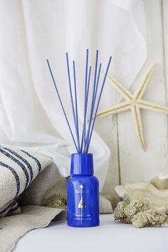 #COLORTERAPIA de #Cristalinas  Color #azul: #calma + esencia acuática. #Perfume fresco y acuático formado por un delicado bouquet de flores marinas como el #nenúfar, suspendias sobre ligeras notas de agua.