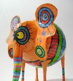 Elefante de papel, hecho en cartapesta y papel maché