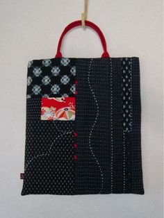 Gorgeous Sashiko stitching on a bag. Sashiko Embroidery, Japanese Embroidery, Embroidery Patterns, Japanese Textiles, Japanese Patterns, Patchwork Bags, Quilted Bag, Boro Stitching, Japanese Bag