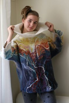 Suéter sin dimensiones. Hecho en la técnica del fieltro húmedo. Suéter de doble cara. Puede ser usado en ambos lados. Se hace de lana con la adición de fibras naturales y seda. El Jersey tiene un cuello grande, abultado.