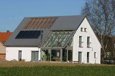 """Energiesparende und wohngesunde """"Doppelhülle"""".  Wer den Naturgesetzen folgt, kann auf kostenintensive Haustechnik getrost verzichten. Foto: djd/Bio-Solar-Haus GmbH"""