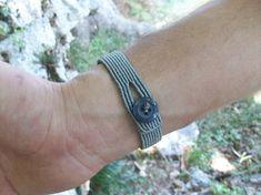 Ce macramé minimal bracelet pour homme a été fait avec le macramé technique, utilisant de haute qualité ciré fils et un bouton comme fermoir ! Vous pouvez le porter toute la journée, car son style décontracté... Convient pour les femmes aussi ! La matière a des couleurs très résistants, donc