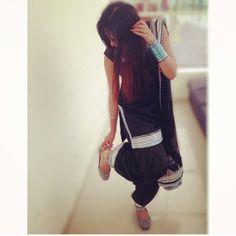 Love this simple black patiala suit Indian Suits, Indian Dresses, Indian Wear, Indian Style, Kurta Pajama Punjabi, Punjabi Suits, Salwar Suits, Punjabi Fashion, Indian Fashion