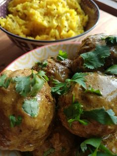 Gele curry met gehaktballetjes van lamsvlees en citroenrijst