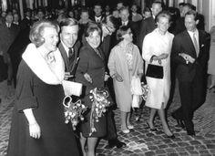 Bezoek gala voorstelling Tuyl Uilenspiegel. vlnr:prinses Beatrix, Claus von Amsberg, prinses Margriet, Pieter van Vollenhoven, prinses Christina, prinses Irene en Carel Hugo. 01-07-1965.