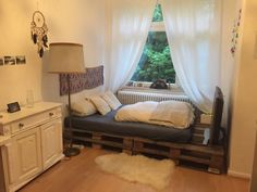 Cooles Bett aus Europaletten. #diy #palettenmöbel #selbstgemacht #diybett #palettenbett #wgzimmer #einrichtung