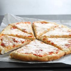 If youre looking for a way to get dinner on the table FAST this yeast free gluten free pizza dough recipe is exactly what you need. Gluten Free Yeast Free Pizza, Gluten Free Banana, Gluten Free Chocolate, Gluten Free Pizza Crust Recipe Easy, Gluten Free Focaccia Bread Recipe, Homemade Pizza Recipe, Yeast Free Diet, Pizza Recipe Video, Paleo Pizza Crust