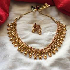 26 Never Seen Before Kada Bangle Collections! Looking for kada bangle designs? Here are our picks of 26 designs and where you can shop them online! Antique Jewellery Designs, Fancy Jewellery, Jewelry Design, Gold Jewelry, Kerala Jewellery, Designer Jewellery, Gold Bangles Design, Gold Earrings Designs, Indian Gold Necklace Designs