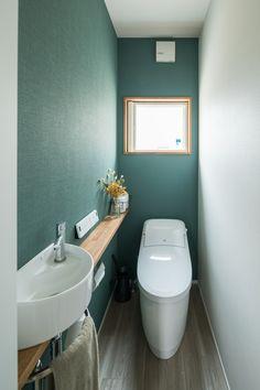 深めのグリーン系アクセントクロスと白のコントラストに… - En Tutorial and Ideas Wc Design, Toilet Design, House Design, Bathroom Renos, Bathroom Renovations, Washroom, Modern Bathroom, Small Bathroom, Small Toilet Room