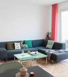 Casa familiar, zona de estar con sofá en esquina