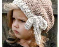 Si tratta di un elenco per Il MODELLO SOLO per il Chaylie Cloche  Questo cappello è realizzato artigianalmente e progettato con comfort e calore in mente... Perfetto per stratificazione attraverso tutta la stagione...  Rendono questo cappello è un dono meraviglioso e naturalmente anche qualcosa di grande per voi o il vostro piccolo uno avvolge in troppo!  Tutti i modelli scritti in termini di standard US!  * * Fiori sono alluncinetto!  * Le dimensioni sono per bimbo, bambino e adulto…