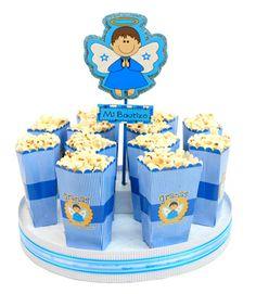 Centro de mesa para bautizo de niño. Despachador con bolsas de palomitas azul.