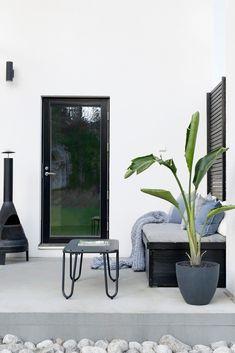 IDEOITA TERASSIN SISUSTUKSEEN Dream Garden, Home And Garden, Modern Outdoor Living, Concrete Deck, Monochrome Interior, Nordic Home, Diy Bench, Terrace Garden, Back Gardens
