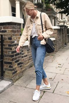 Blogger, Lindsey Holland from 'Ropes of Holland' carrying the Amberley Satchel in Black Leather.