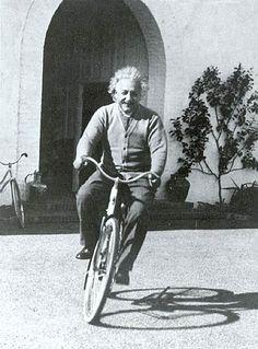 Einstein in bicicletta